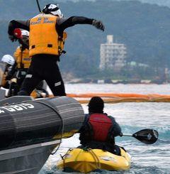 (写真上から)カヌーが臨時制限区域内に入ると、海上保安庁の職員が飛び移り転覆させた。その後、カヌー隊のメンバーは、ゴムボートに引き上げられて拘束された=2月2日午後2時56分、名護市・大浦湾(伊藤桃子撮影)