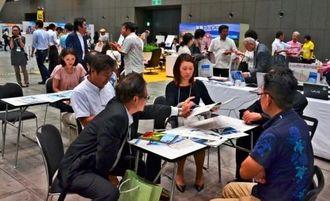 離島観光プログラムで商談する各離島と県外の観光業者ら=9日、東京国際フォーラム
