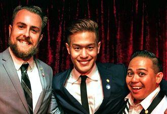 1位のバッジを胸に上位入賞者と喜ぶMASAさん(中央)=17日、米国ロサンゼルス(提供)