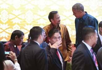 東アジアサミットで、夕食会の記念撮影に臨むオバマ米大統領(右上)とフィリピンのドゥテルテ大統領(左端)。この直前に両大統領は短時間会話していた=7日、ラオス・ビエンチャン(共同)