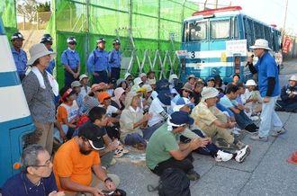 キャンプ・シュワブゲート前に座り込んで工事車両を警戒する市民=3日午前7時、名護市辺野古