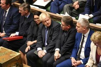 英下院でのジョンソン首相(中央)=22日、ロンドン(ロイター=共同)