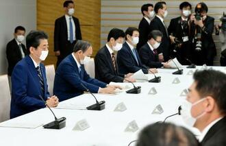 政府与党政策懇談会に出席した安倍首相(左端)ら=7日午前、首相官邸