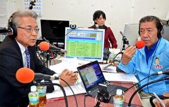 沖縄市の街づくりなどについて考えを語る島袋芳敬氏(左)と桑江朝千夫氏(右)=30日、沖縄市中央のFMコザ