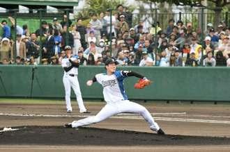 満員の観衆が見守る中、力投する日本ハムの吉田輝星投手=16日、かいぎんスタジアム国頭(我喜屋あかね撮影)