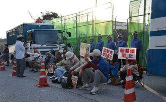 米軍キャンプ・シュワブゲート前に座り込む市民ら=17日午前、名護市辺野古