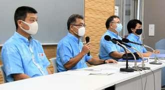 県高校総体の日程を発表する県高体連の上地勇人会長(左から2人目)=県体協スポーツ会館