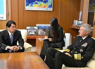 ロックリア米太平洋軍司令官(右)に沖縄の負担軽減などの協力を求める小野寺防衛相=3日、防衛省