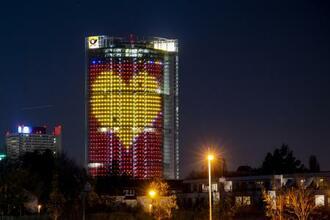 ドイツ・ボンで、医療関係者への感謝を照明で示した建物=5日(ゲッティ=共同)