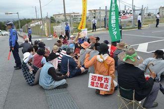 新基地建設反対を訴えて座り込む市民ら=4日午前8時10分ごろ、名護市の米軍キャンプ・シュワブゲート前