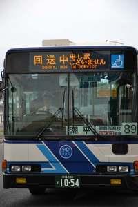 """回送中の沖縄バス、""""低姿勢"""" 客の評判も上々な理由"""