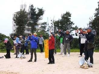 瀬嵩の浜から海上で進む新基地建設作業に抗議する市民たち=29日午前10時55分ごろ、名護市瀬嵩