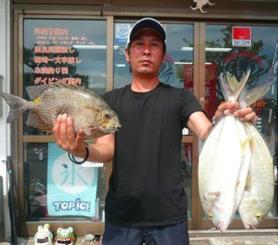 糸満釣り筏で40センチ、1・24キロのカーエーなどを釣った上原満寿夫さん=6月21日
