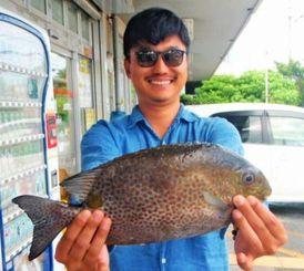 三重城海岸で39センチ、1.16キロのカーエーを釣った信川政仁さん=9月29日