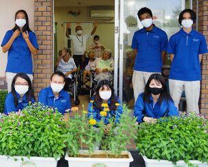 栽培した花を施設に寄付した南部農林高校の生徒たち=8月26日、豊見城市