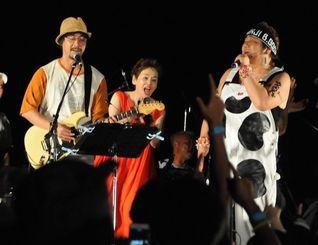 昨年の宮古島ミュージックコンベンションでパフォーマンスをみせた山崎まさよしさん(左)、大竹しのぶさん(中央)、石塚英彦さん