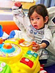 コロンビア大病院に入院中の翁長希羽ちゃん(両親提供)