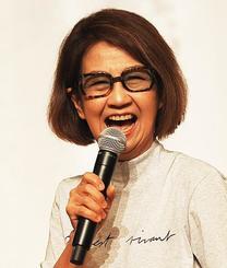 ユーモアを交え、母親の介護について語る綾戸智恵さん=30日、宜野湾市・ラグナガーデンホテル