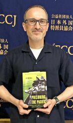 英語の著書で国際的な賞を受けたジョン・ミッチェル特約通信員=6月、東京都内