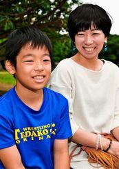 レスリングに打ち込む砂川空也さん(左)と、母の織江さん=那覇市内