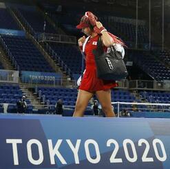 女子シングルス3回戦で敗れ引き揚げる大坂なおみ=7月、有明テニスの森公園