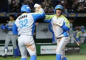 三菱自動車倉敷―セガサミー 3回裏、小野田の2点二塁打で生還し、三走本間(左)とタッチを交わす一走大内=東京ドーム
