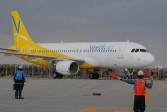 那覇空港に到着したバニラエアの第1便=20日午前10時すぎ