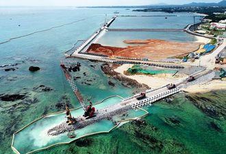 県民投票の告示日、辺野古では大浦湾側に新たな護岸を造るため、海岸(手前左)に石材を敷き詰める作業が進められた=2019年2月14日、沖縄県名護市(小型無人機で撮影)
