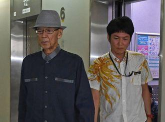 登庁する翁長雄志知事(左)=27日午前8時46分ごろ、県庁