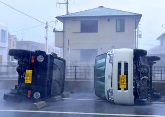 強風で横転した2台の車=29日午前、与那原町東浜(写真の一部を画像処理しています)