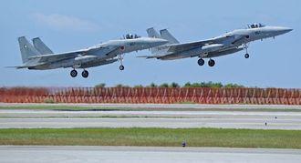 離陸するF15戦闘機=2014年9月17日、航空自衛隊那覇基地