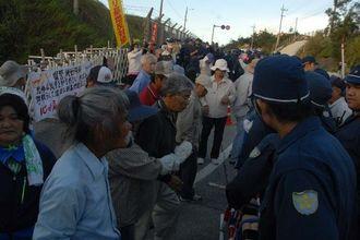 機動隊に抗議する市民ら=9日午前7時ごろ、名護市辺野古米軍キャンプ・シュワブゲート前