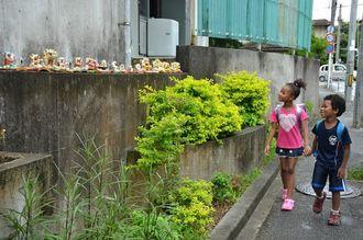 真和志小の給食室裏の通りに並んだシーサー。児童や地域の「守り神」になっている=那覇市寄宮
