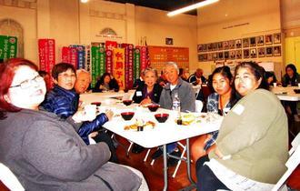 持ち寄りパーティーで新旧メンバーが集まり、親睦を深めたユンタク会=アメリカ・ロサンゼルス市内
