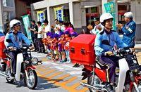 届けるのは郵便物と「子どもの安心」 ポストマンが市内外を巡回 浦添署と浦添郵便局が協力