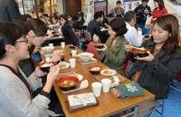 おかわり自由! あったかごはんにホッ 沖縄食糧「でいご食堂」に行列