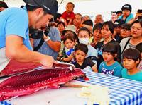 爆安マグロ 家族連れで競り白熱 沖縄の漁港でパヤオまつり