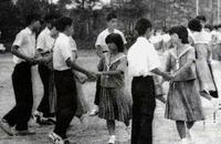 フォークダンス、沖縄では昭和の名曲「青い山脈」が定番! その発祥の謎に迫る