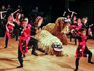 大きな拍手が起きた子どもたちと獅子舞が競演したステージ=トロント日系文化会館