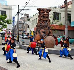 力強い演舞でシーサーの日を盛り上げた子どもたち=3日、那覇市の壺屋うふシーサー前広場