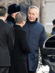 北京の中国商務省で関係者と話をする劉鶴副首相=11日(共同)