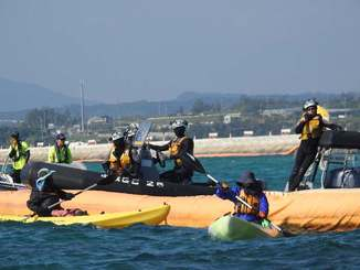フロートを挟んでにらみ合う新基地建設に反対する市民らと海上保安官=31日午前、名護市辺野古のキャンプ・シュワブ沿岸