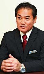 「宜野湾市を魅力ある街にしたい」と語る佐喜真淳氏=25日午前、宜野湾市野嵩の選対事務所