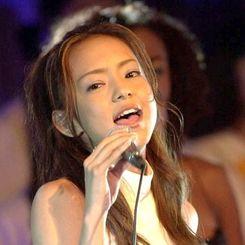 2000年7月、沖縄サミットで世界の首脳を前にイメージソング「NEVER END」を歌う安室奈美恵さん=那覇市・ホテル日航那覇グランドキャッスル