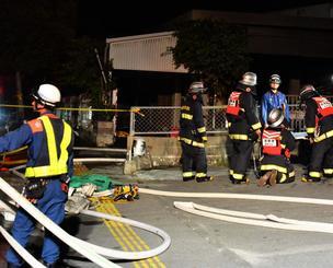 消火活動後、火事現場を確認する消防隊員=8日午後9時4分、西原町翁長