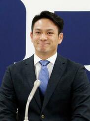 契約交渉を終え、記者会見する広島の田中広=3日、マツダスタジアム