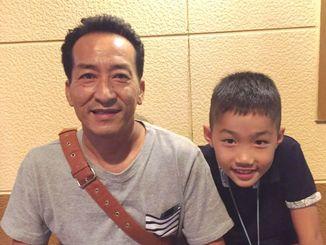 風南さんの優勝を喜ぶ父の庸吉さん(左)、おいの宝来(たから)君=29日、神奈川県内