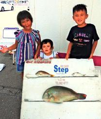石川海岸で52.5センチ、3.14キロのマクブを釣ったチーム珍福会Jrの小橋川沙利(すかい)くん(右)=7月29日