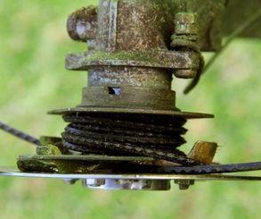 回転するナイロンのひもが「ハンマー」にぶつかることで、より強力な力を生むという