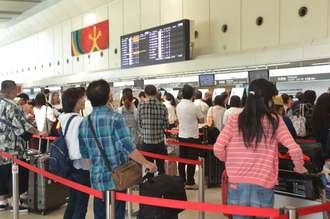 システムが復旧し通常通りの搭乗手続きが可能になった那覇空港=8日午前10時ごろ